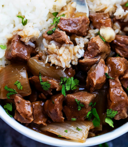 A HEALTY SLOW COOKER BEEF ON RICE