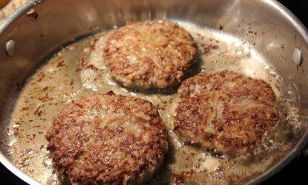 Hamburger steak aux oignons et sauce